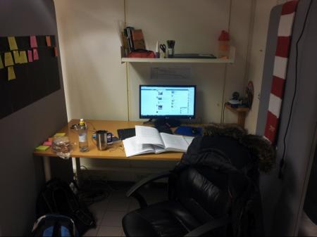 arbeidsrom med gule lapper, framdriftsplan, kalender, hylle, PC, stol som er mye med på å gjøre jobben lettere