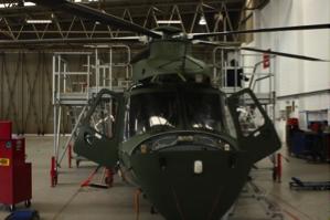 Inni en av hangarene